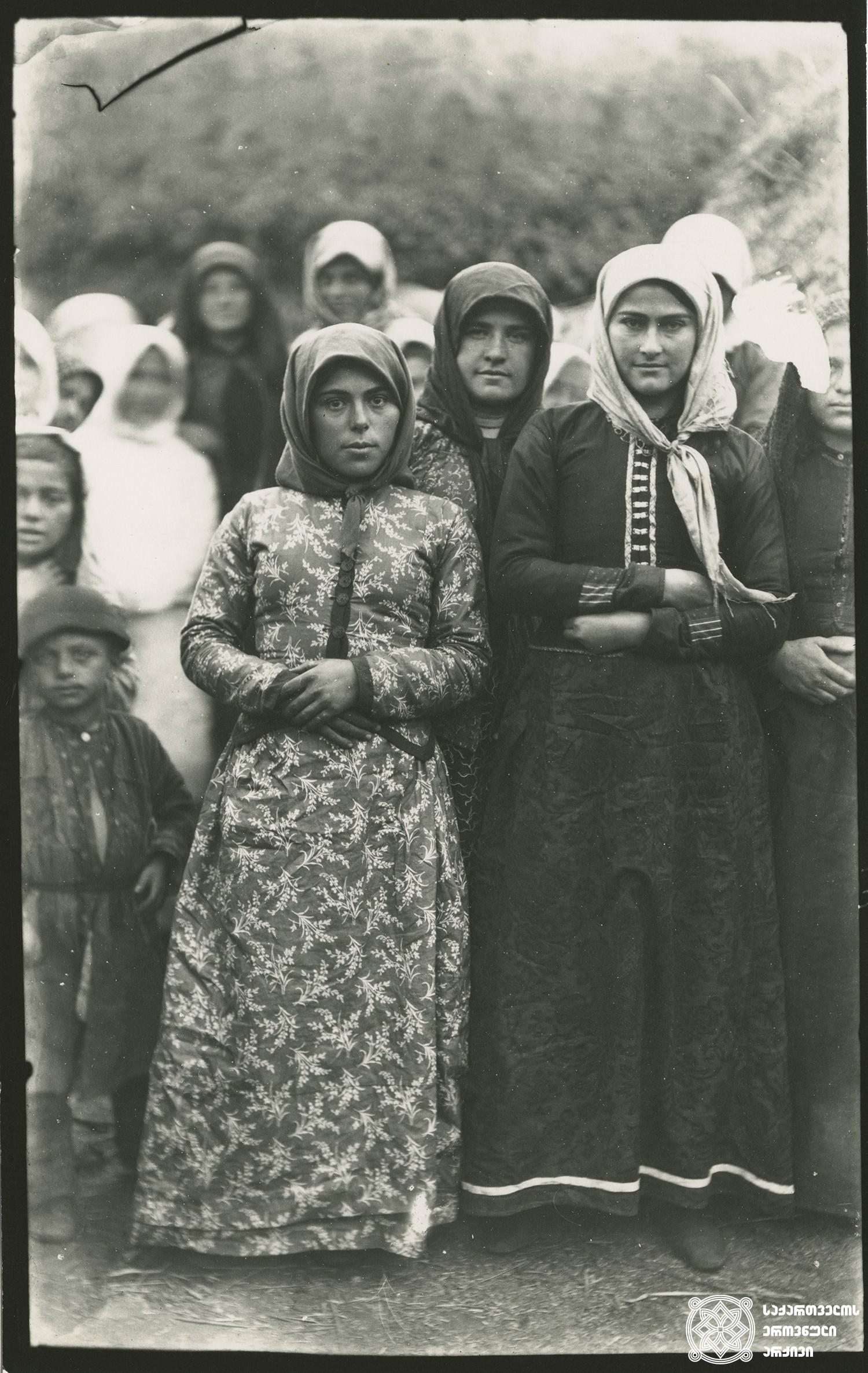 სოფელი მაზერი, ახალგაზრდა გოგონები. <br> Village Mazeri, young girls. <br> 1890.