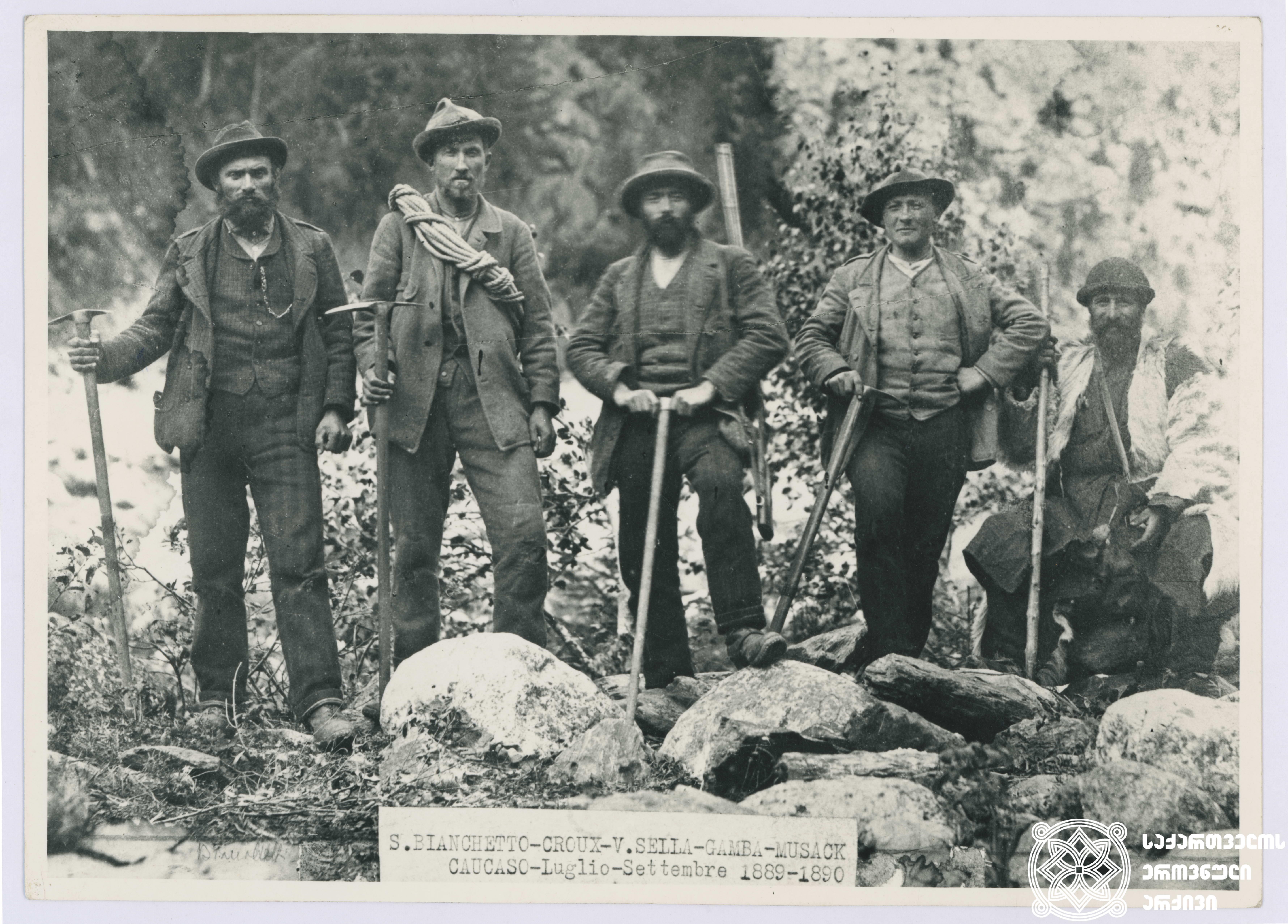 იტალიელი მოგზაურები. მარცხნიდან: სეკონდინო ბიანკეტი, ფაბიანო კრუქსი, ვიტორიო სელა, ჯუზეპე გამბა, მურკი. <br>  Italian travellers. From the left: Secondino Bianchetti, Fabiano Crucs, Vittorio Sella, Guiseppe Gamba, Murck.  1889.