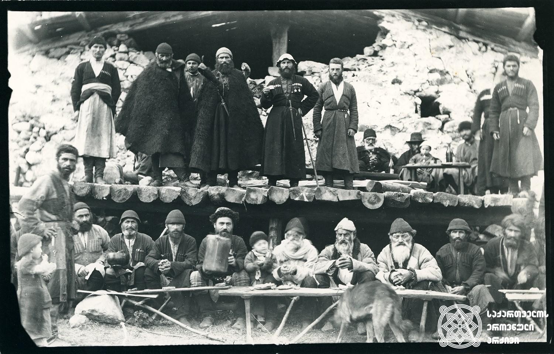 ბეჩოს უხუცესებისა და თავკაცების შეკრება ქელეხში. <br> 1890 წლის სექტემბერი. <br> Becho's doyens gathered on funeral reception. <br> September 1890.